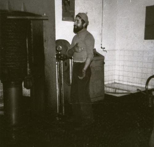 Fine anni 60 – Antonio Angelo Corriasnelvecchio impianto a pressione di famiglia intento a supervisionare la pressa